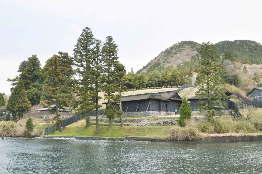 芦ノ湖の南に位置する箱根関所は、港のすぐ側にある