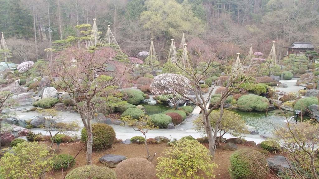2万5千坪もある庭園。春は桜、夏は新緑、秋は紅葉、冬は雪景色を楽しめる