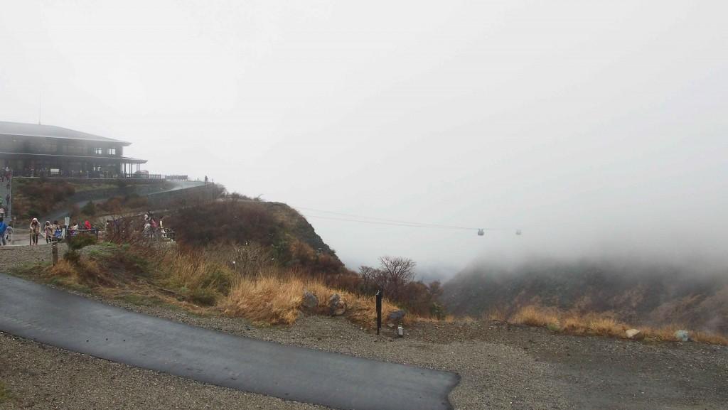 標高が1,044 mある大湧谷。ロープウェイでは空から富士山を望むことができ、空気が澄む日はなんと東京スカイツリーまで見えるそう