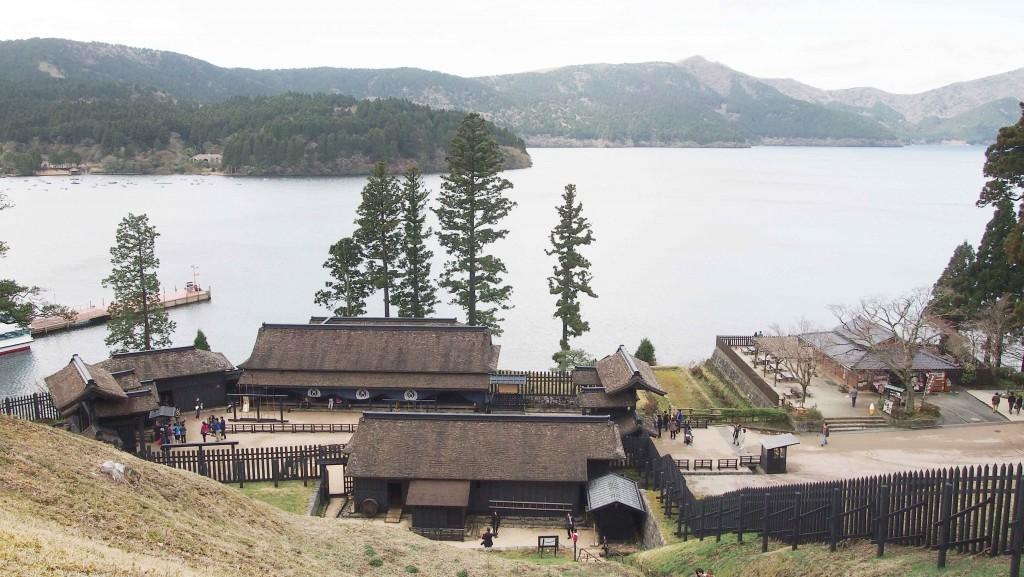 遠見番所から眺める芦ノ湖は絶景のビュースポット。ここに辿り着くためには約80段の急な階段を上る必要がある